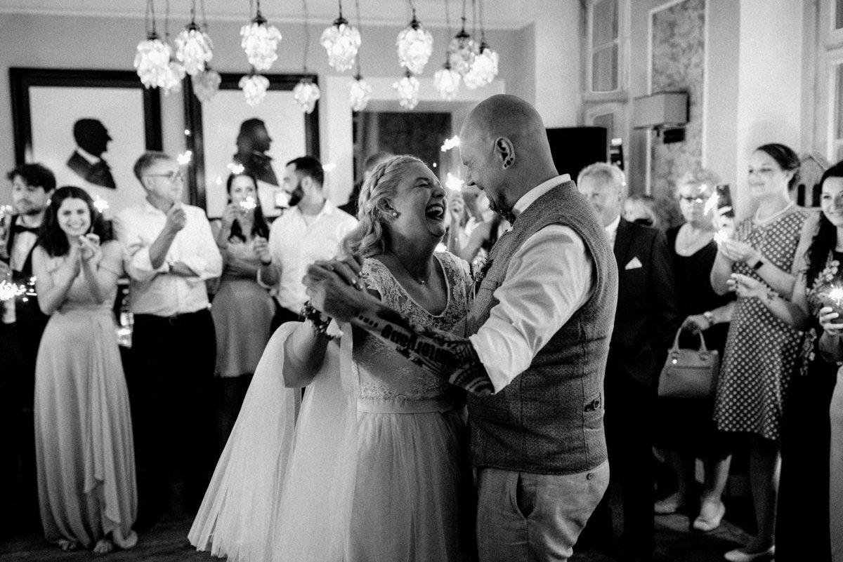 Eröffnungstanz,Brautpaar,Hochzeitsfeier,tanzen,
