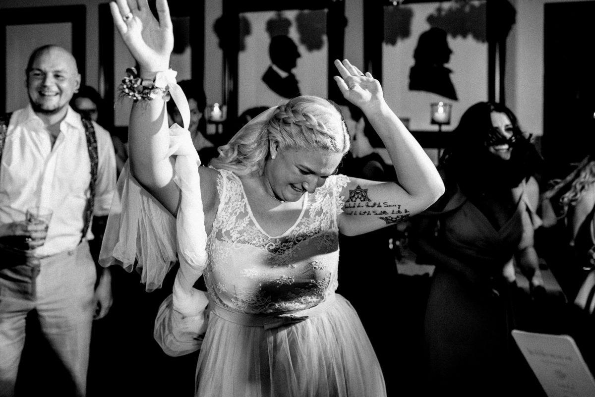 Tanzen,Braut,Schleier,lachen,spaß,Hosenträger