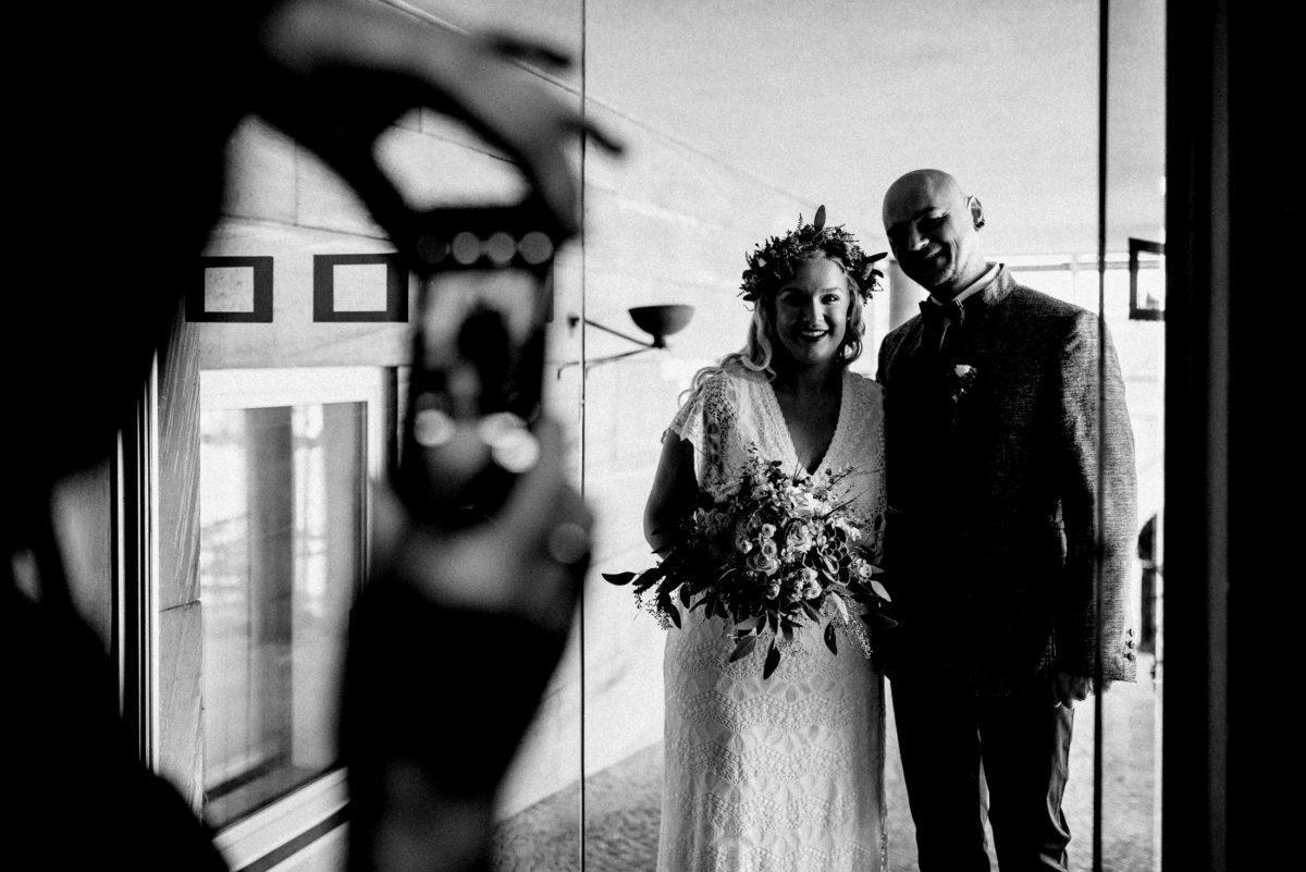 Brautpaar,Handybild,Eingang,Glastür,