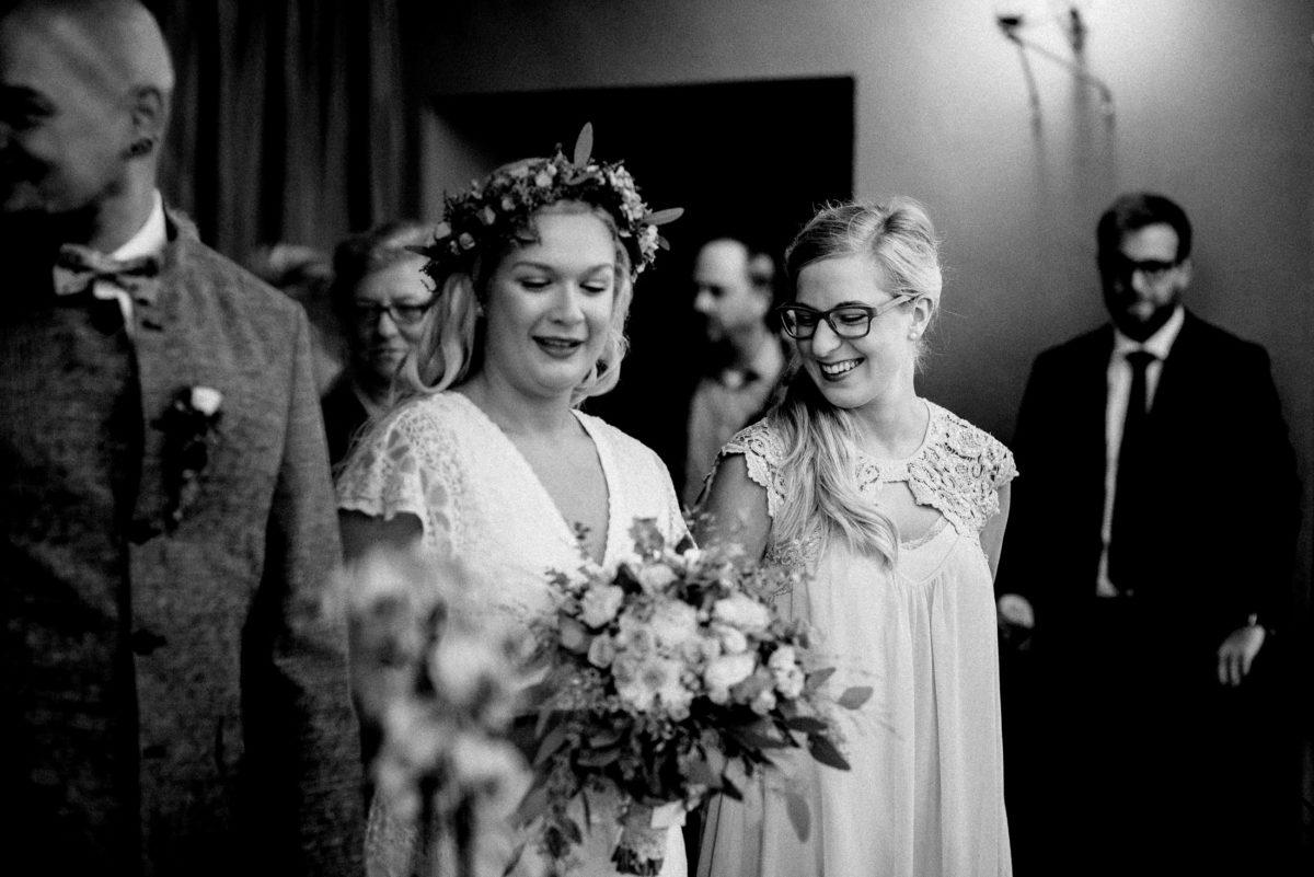 Frauen,lachen,Trauzeugin,Kleid,Brille,Gäste,Ansteckblume