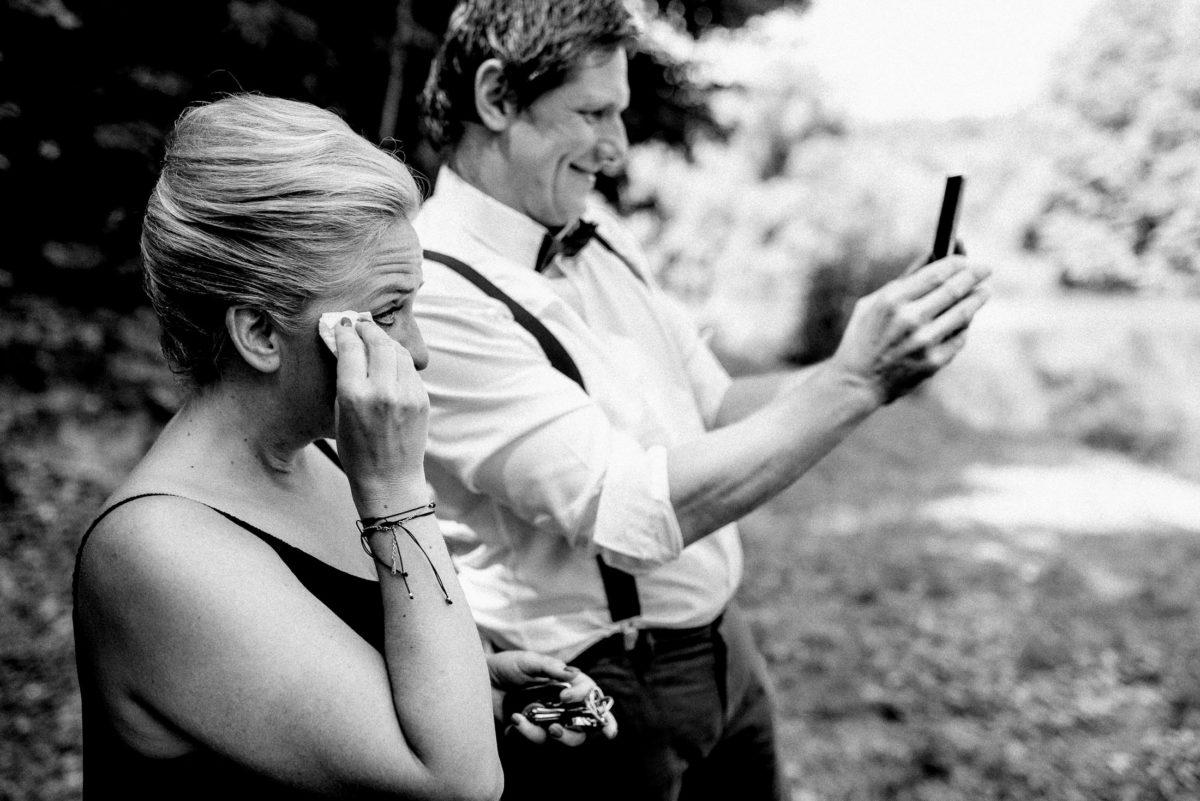 Handy,Fotos,Hosenträger,Tränen,Armband,weißes Hemd