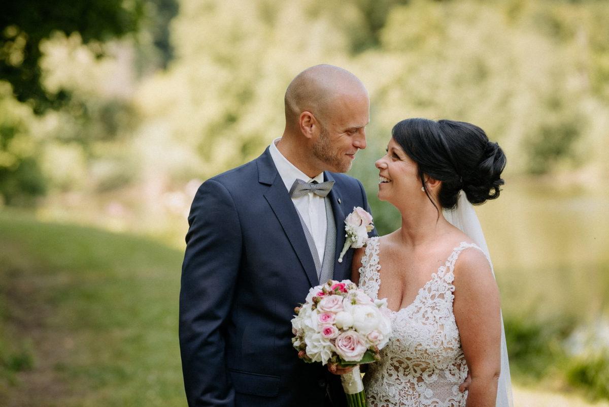 heller Brautstrauß,Hochzeitsanzug,Brautkleid,Natur,Shooting