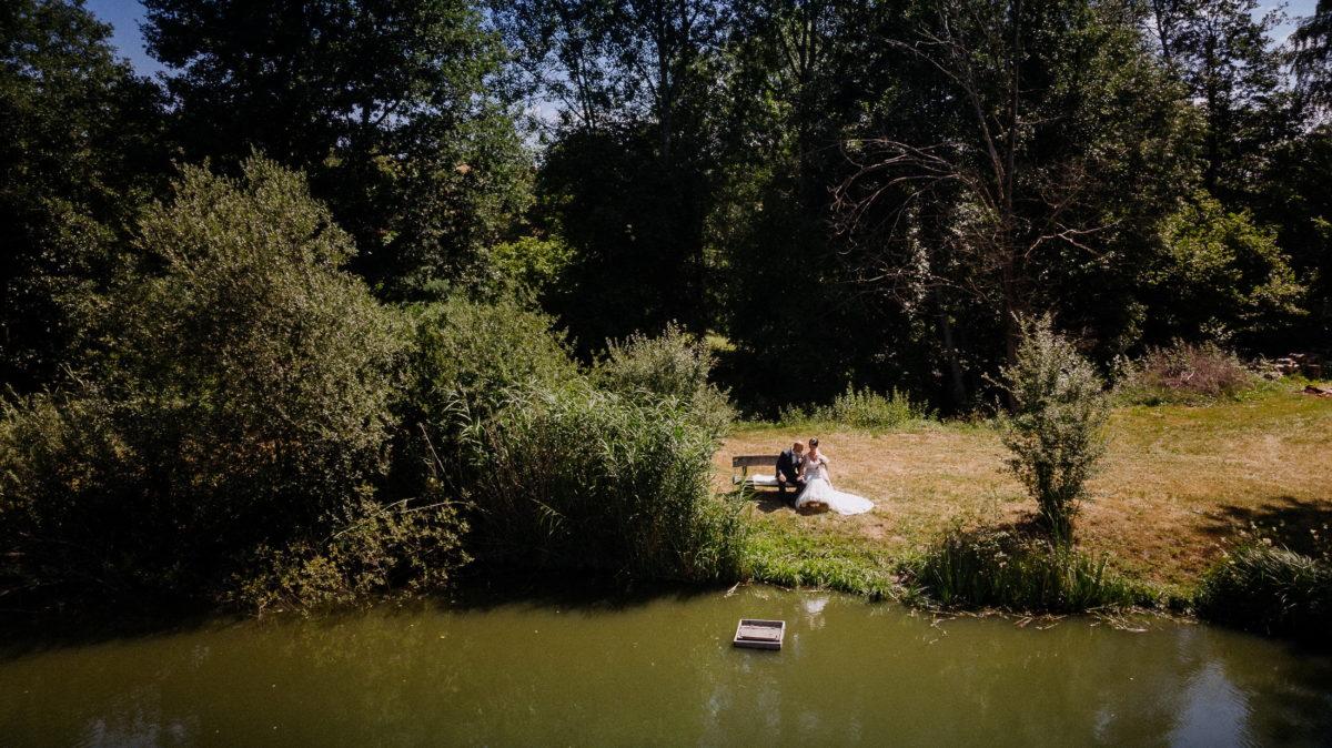 Aussblick,See,Brautpaar,Holzsitzbank,Bäume,schönes wetter,sonnig