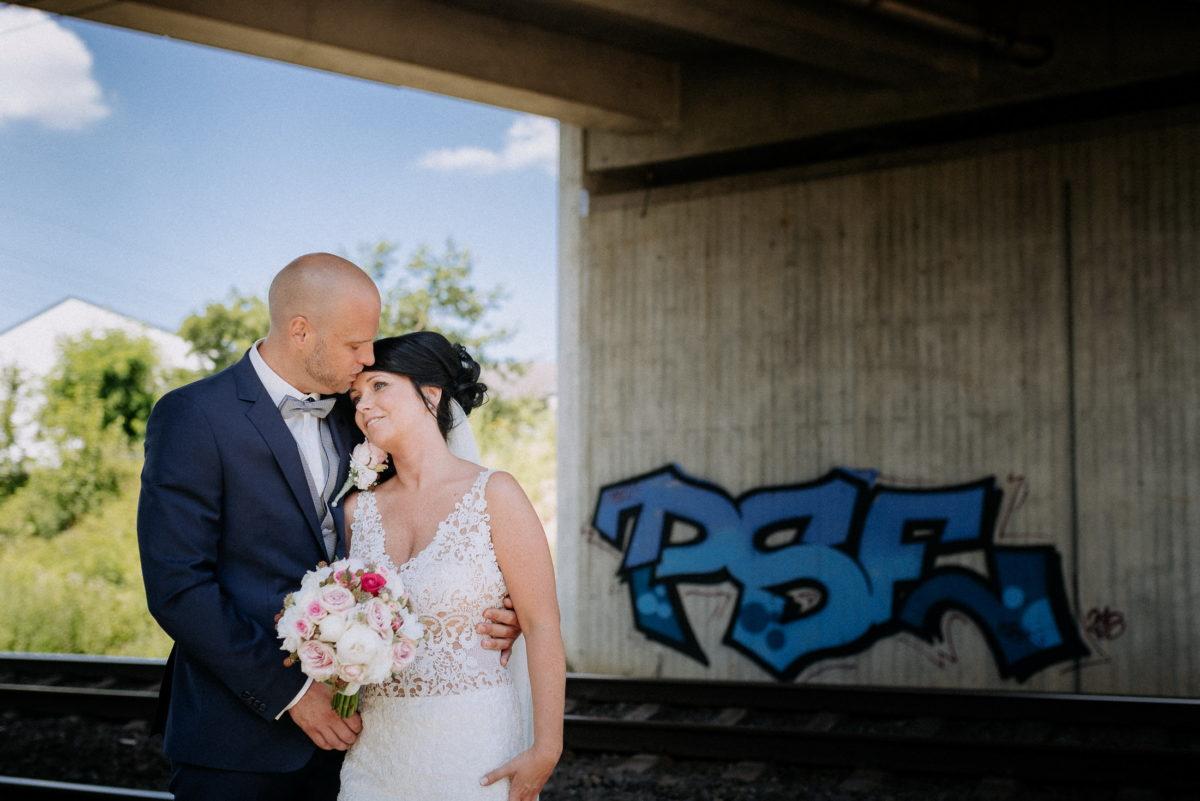 Brücke,Bahngleis,Bäume,umarmung,Couple,Weddingshooting