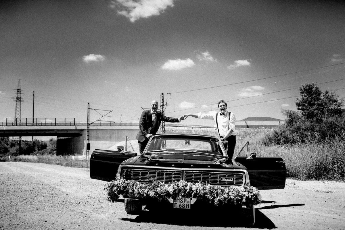 Männer,Hand halten,Hochzeitsauto,Blumenschmuck