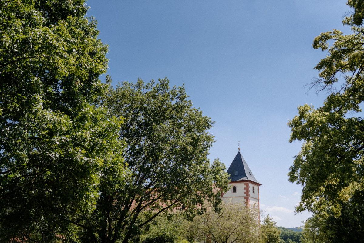 Bäume,Kirche,blauer Himmel