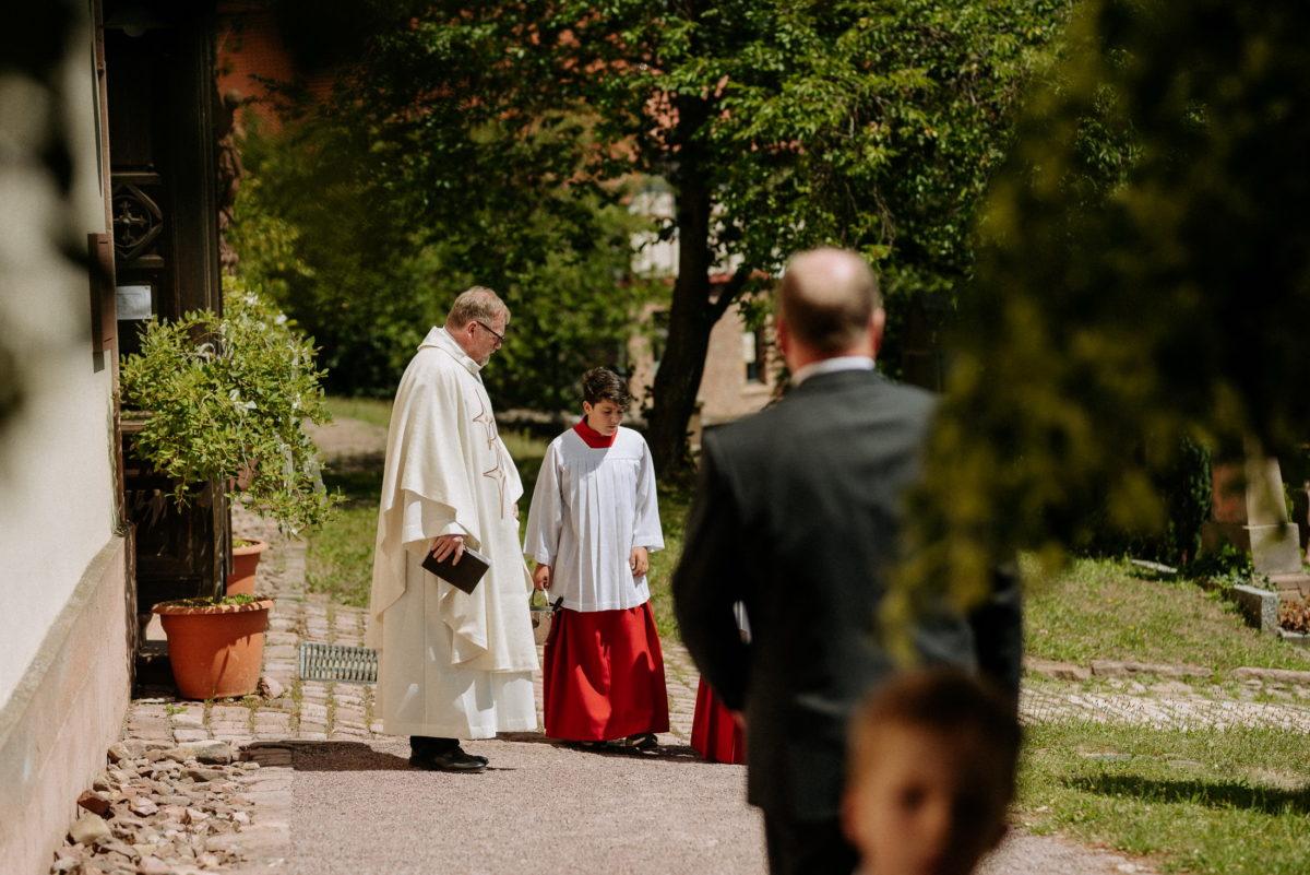 Pfarrer,Messdiener,Robe,Bäume,