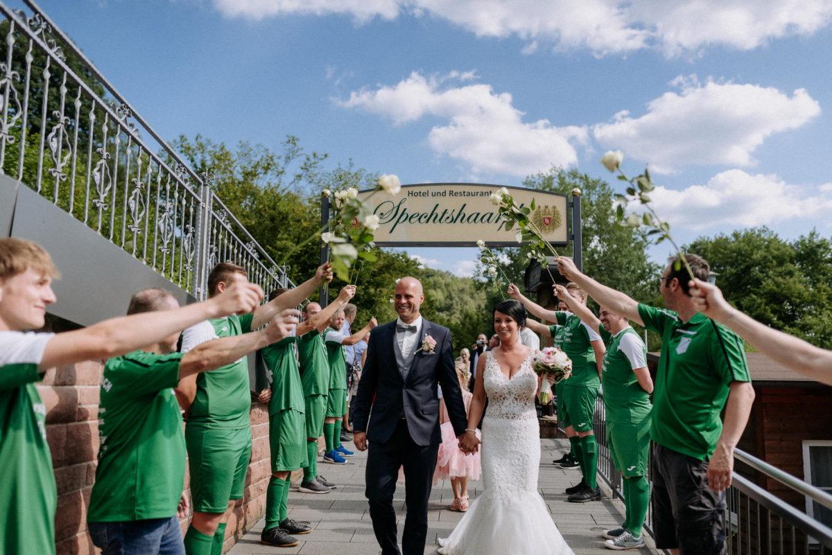Rosensparlier,Fußballmannschaft,Empfang,Brautpaar,weiße Rosen