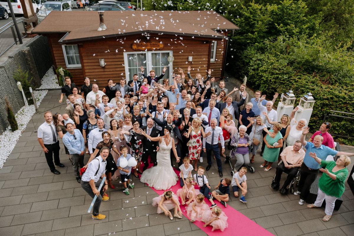 Gruppenfoto,Hochzeitsgesellschaft,Konfetti,Luftballons