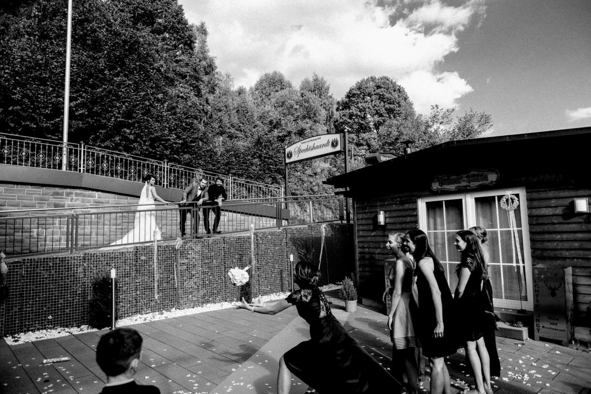 Frauengruppe,Brautstrauß fangen,Kleid