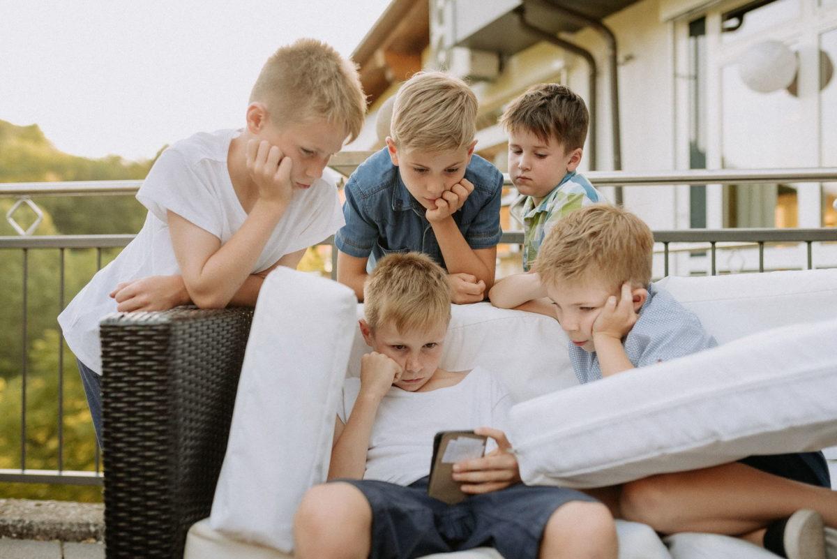 Kinder,langeweile,Handy,Gartengarnitur