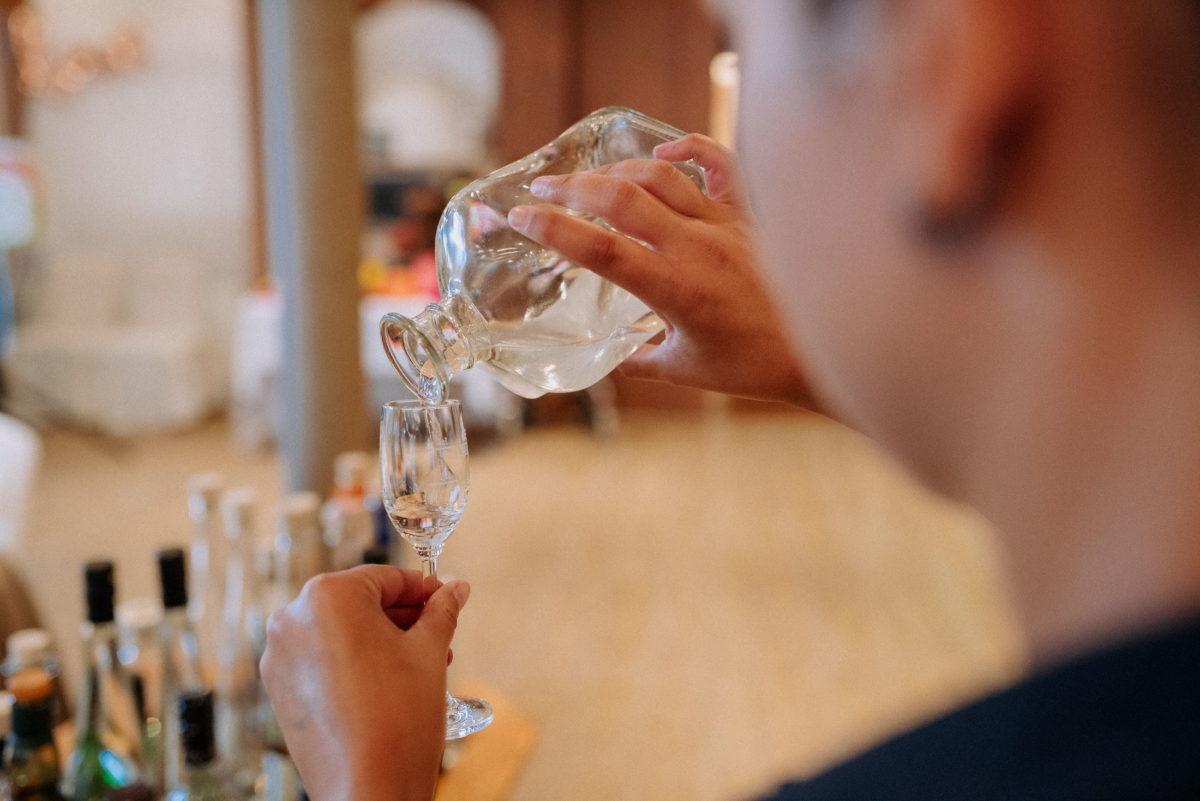 Likörglas,Schnapsflasche,Glas,einschenken