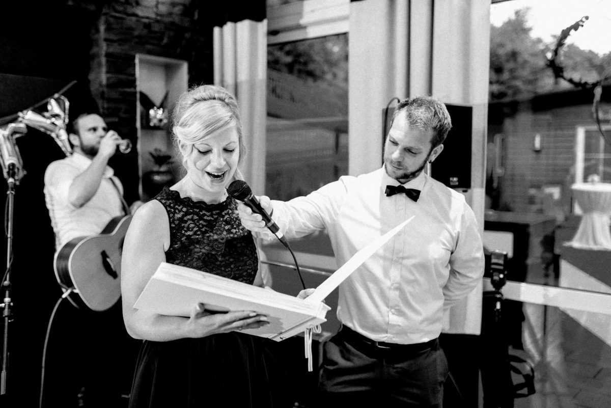 Hochzeitsrede,Frau,Album,spitzenkleid,Gitarre,Mikrofon,