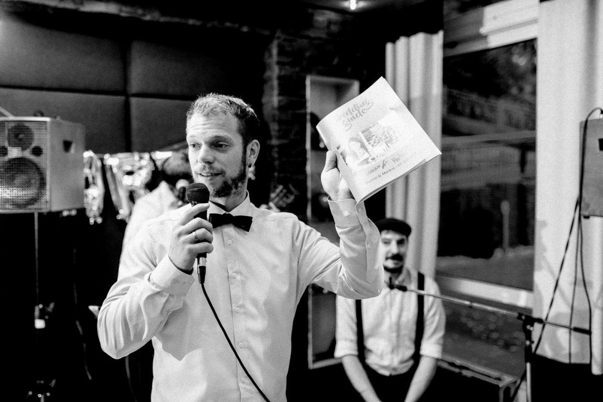 Mikrofon,Rede,Hochzeitszeitung,weißes Hemd,Mann,Bart