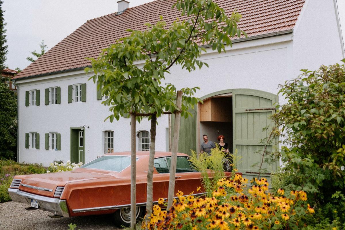 Bauernhaus,Scheune,Oldtimer,Blumen