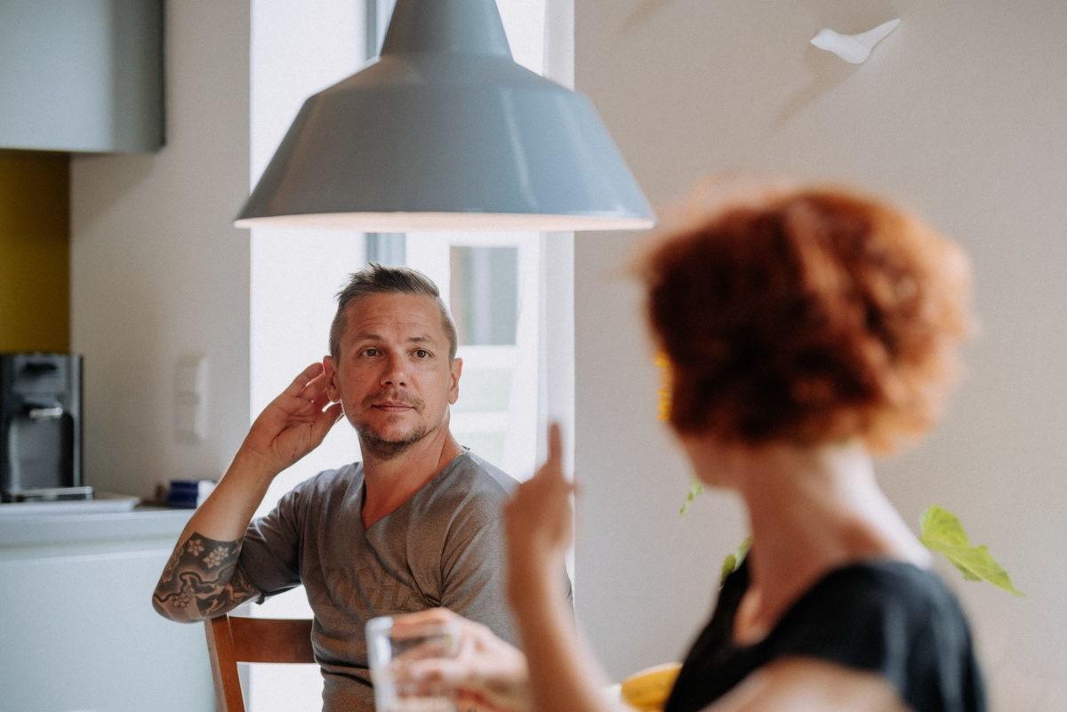 Mann,tättowiert,Küche,Wasserglas,unterhaltung,Kaffeemaschine