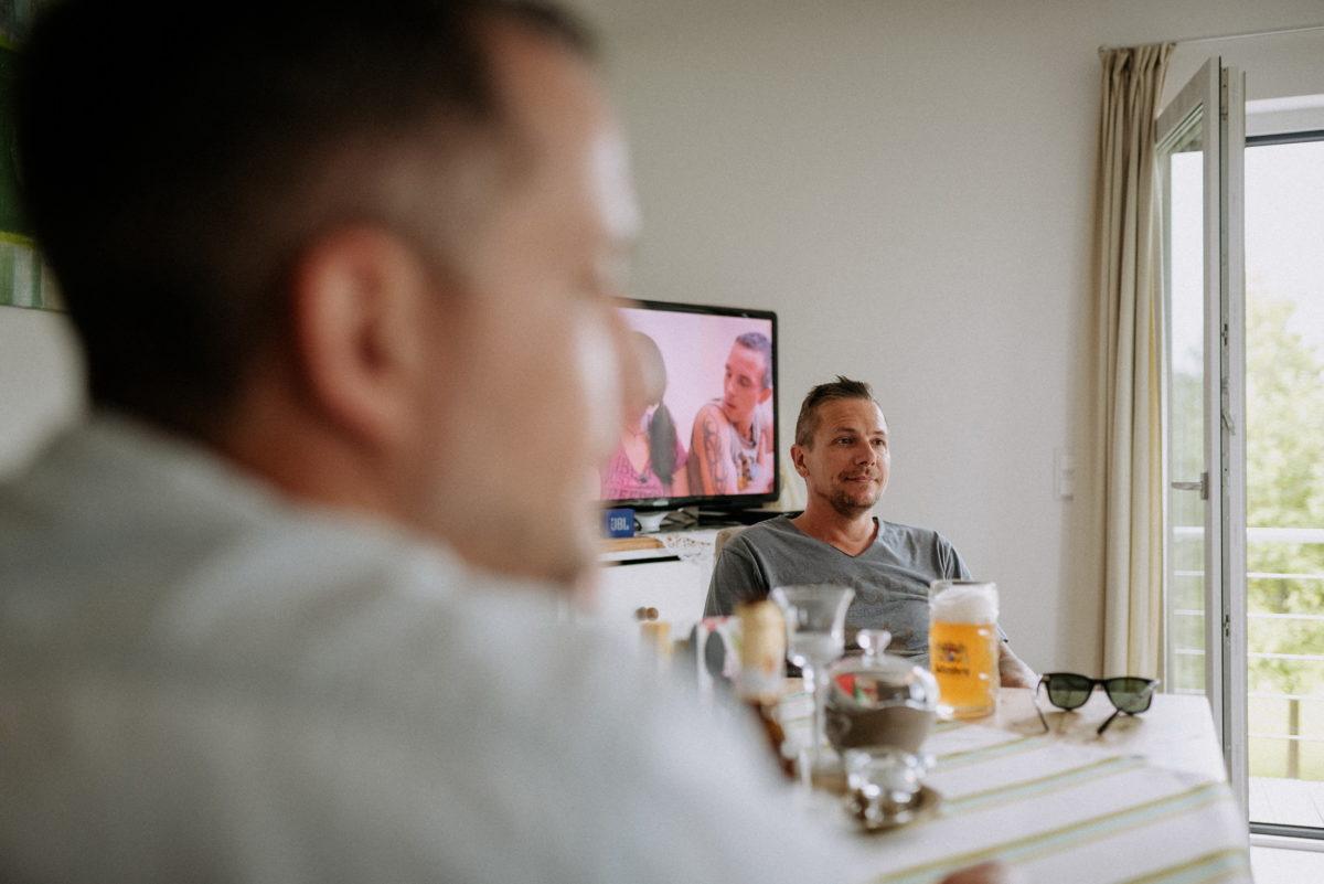 Wohnzimmer,Fernseher,Männer,Bier,Bierglas,Sonnenbrille