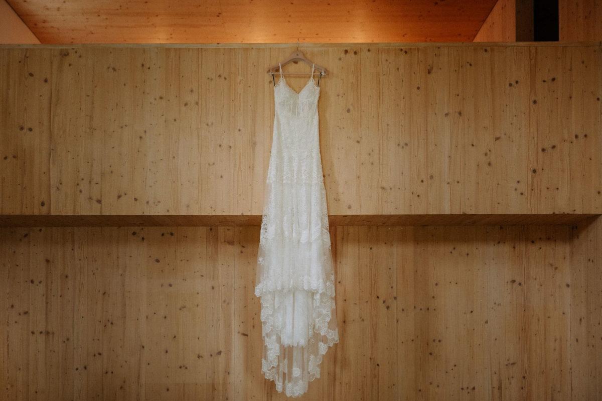 Holzwände,Brautkleid,Kleiderbügel