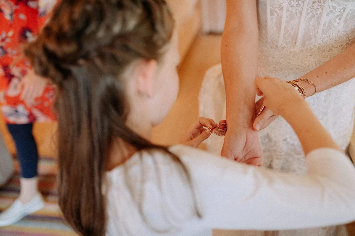 Mädchen,Armband anziehen,Hochzeitsvorbereitung