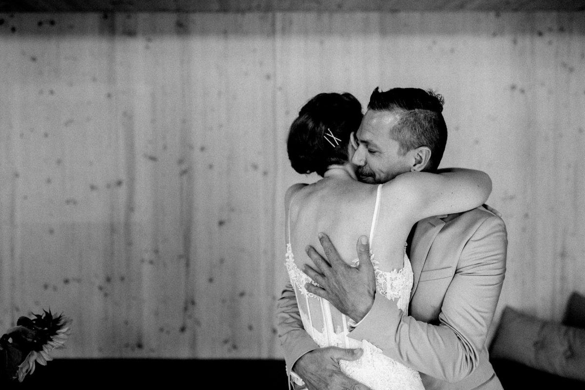 Umarmung,Brautpaar,Holzwand,