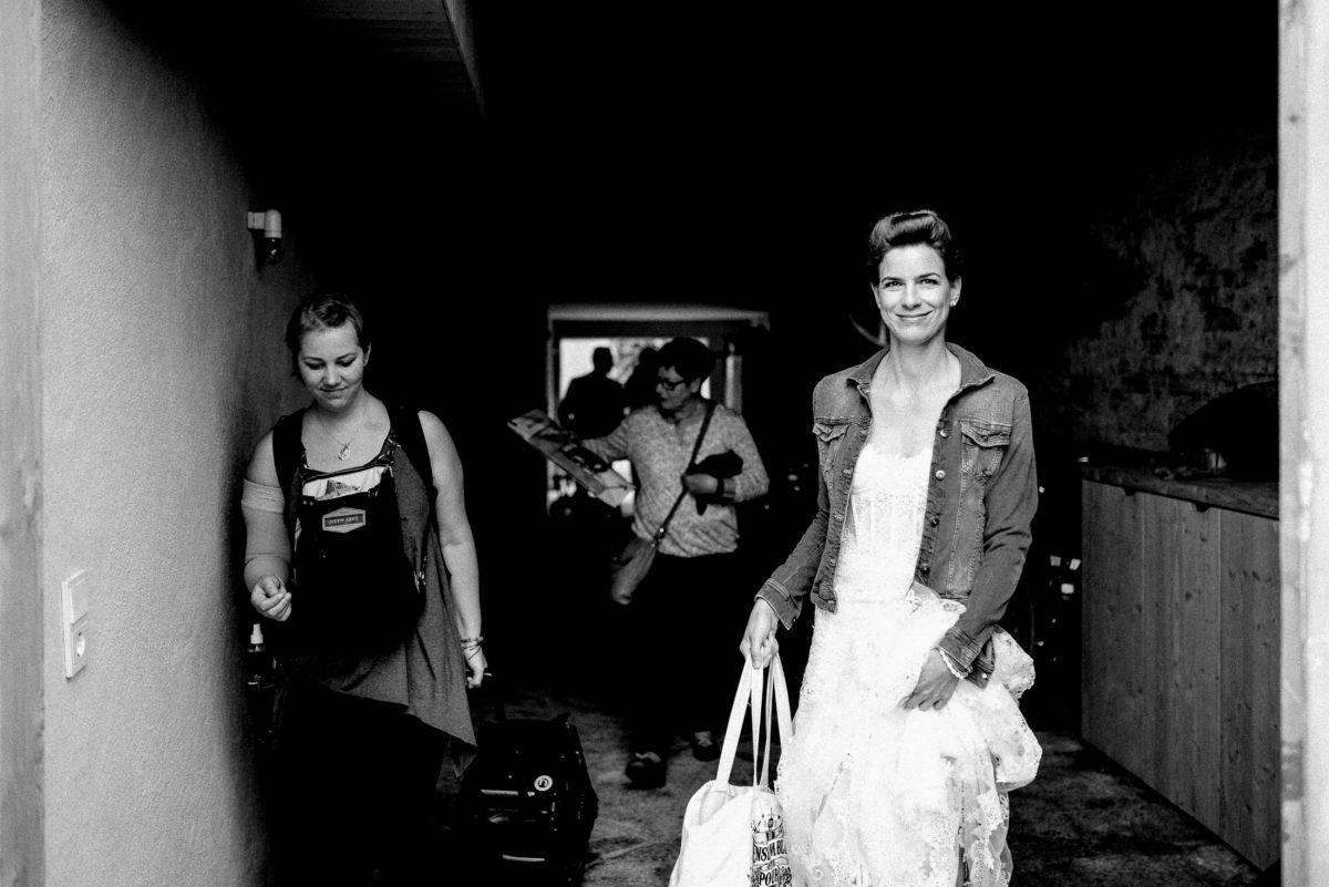 Braut,Brautkleid mit Jeansjacke,Tragetaschen