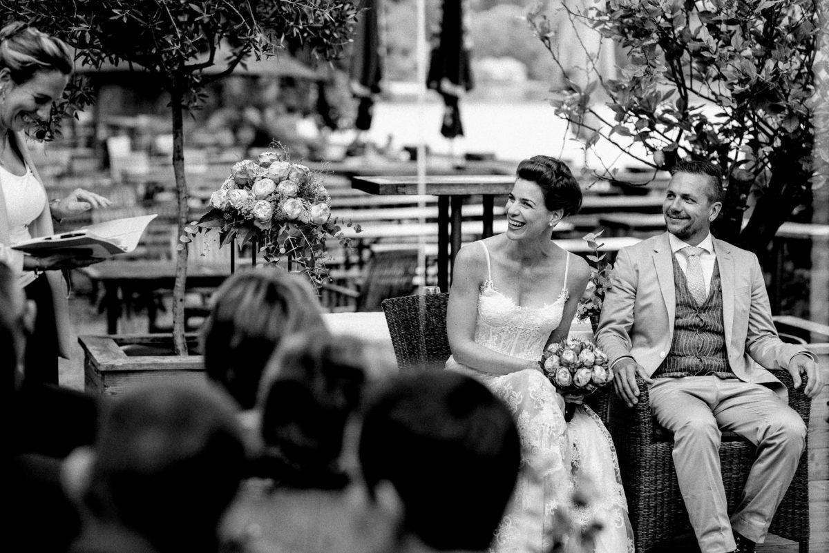 Brautpaar,Trauung,Blumensträuße,lachen,Notizheft