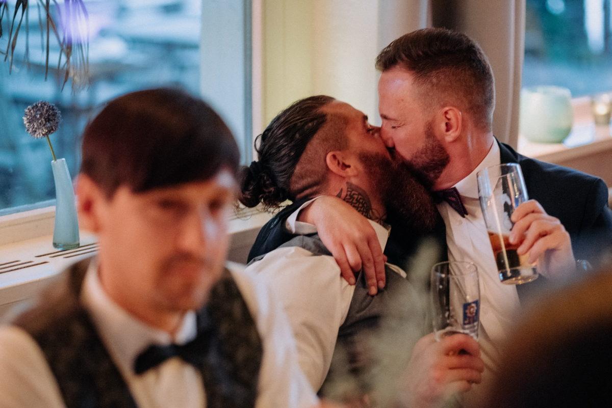 Kuss,Männer,Biergläser,