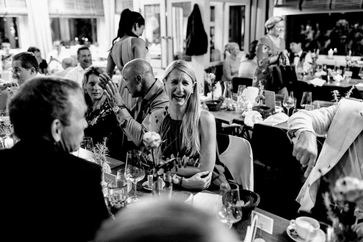 lachen,Frau,blonde Haare,Hochzeitsfeier