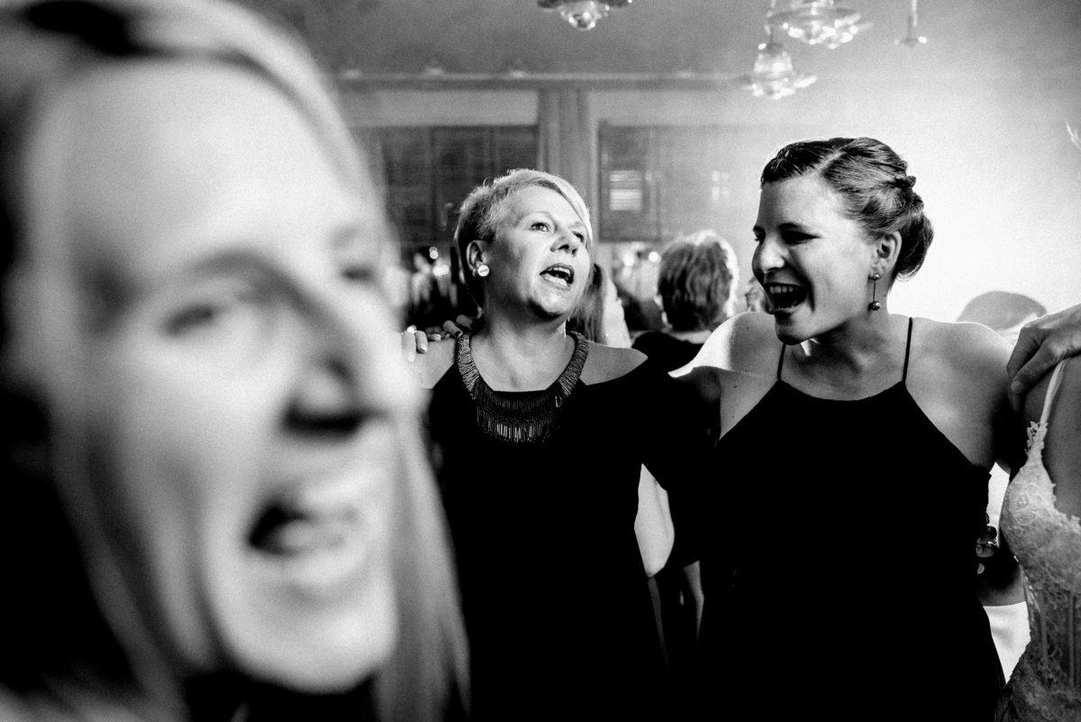 Arm in Arm, tanzen,Frauen,singen,