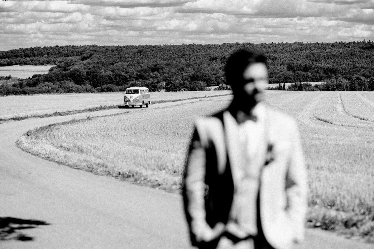 Feldweg, Bulli, VW, Bus, schwarzweiß, Wolken, Wald, verschwommen, unscharf, Anzug, Mann, Schatten, Natur