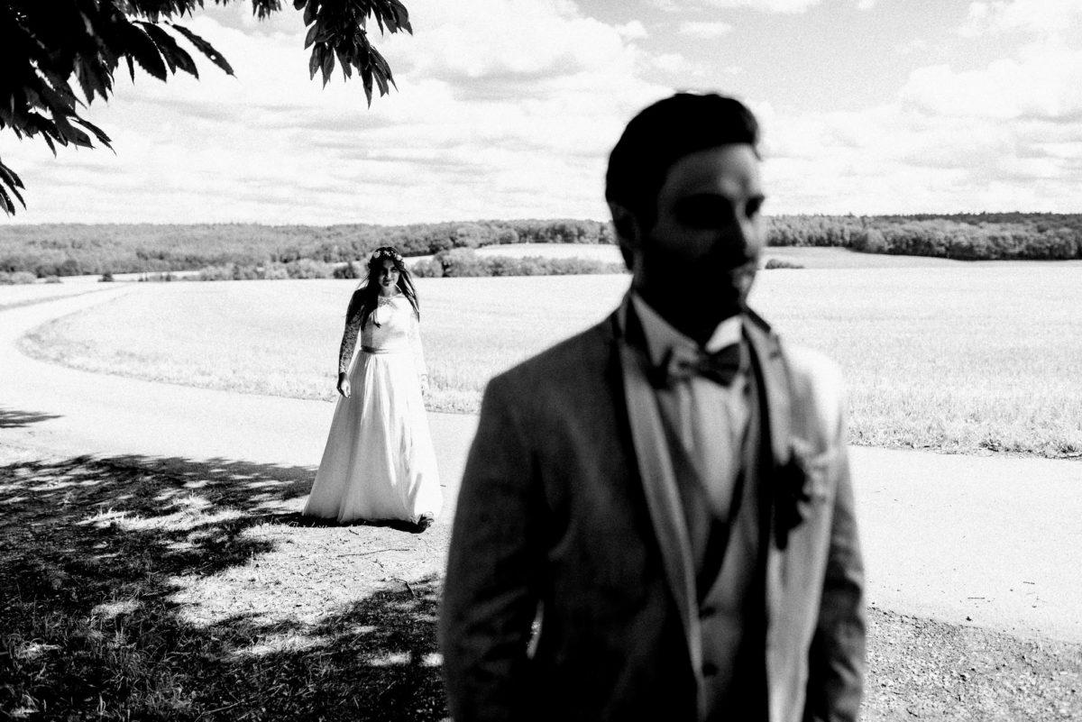 Braut, Bräutigam, Brautkleid, Anzug, Fliege, Brautpaar, Feld, Feldweg, Bäume, Schatten, Sonne, lange Haare, Hochzeit, heiraten