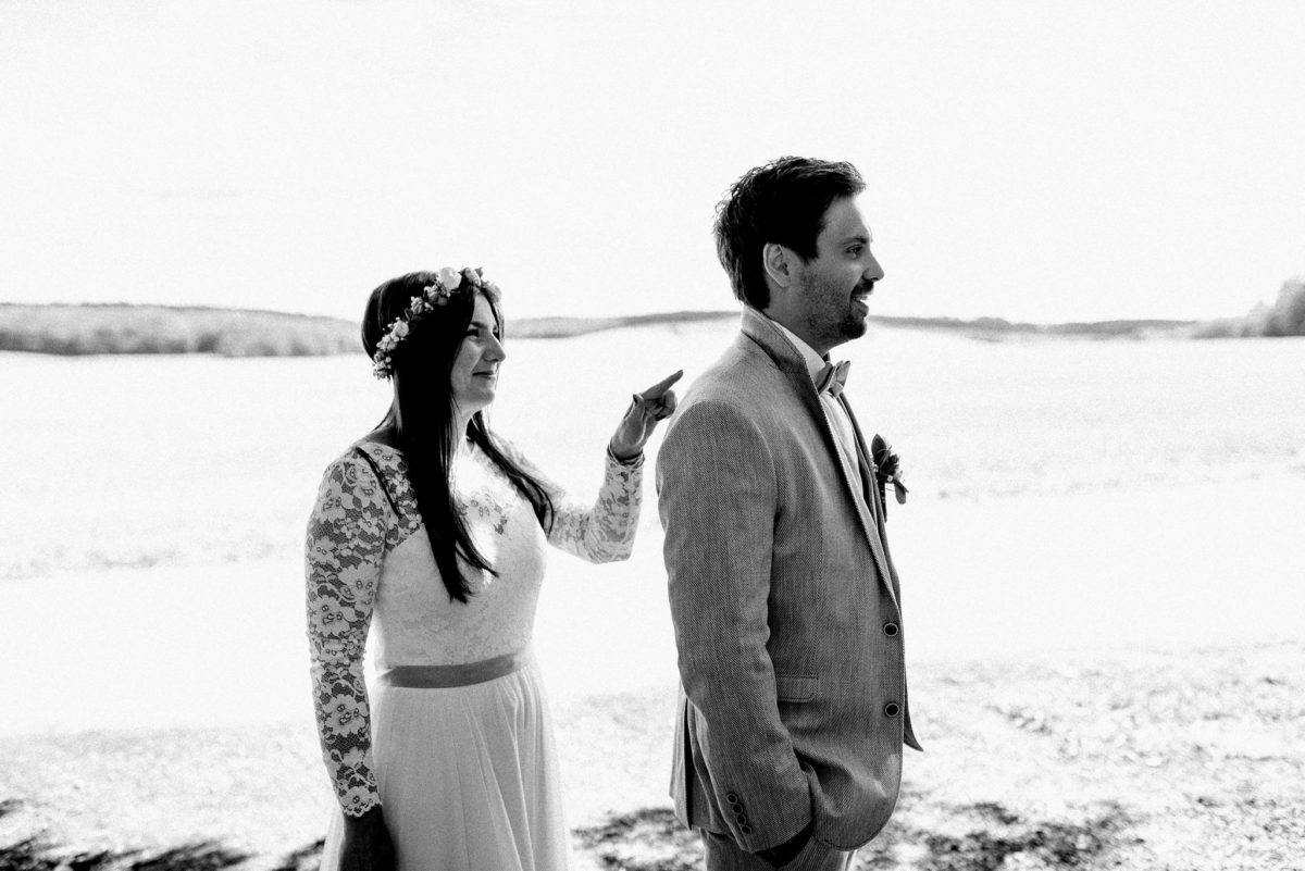 Spitze, Braut, Bräutigam, Mann, Frau, Brautpaar, Brautkleid, Anzug, Ansteckblume, Fliege, Blumenkranz, Hochzeit, Ehepaar, heiraten