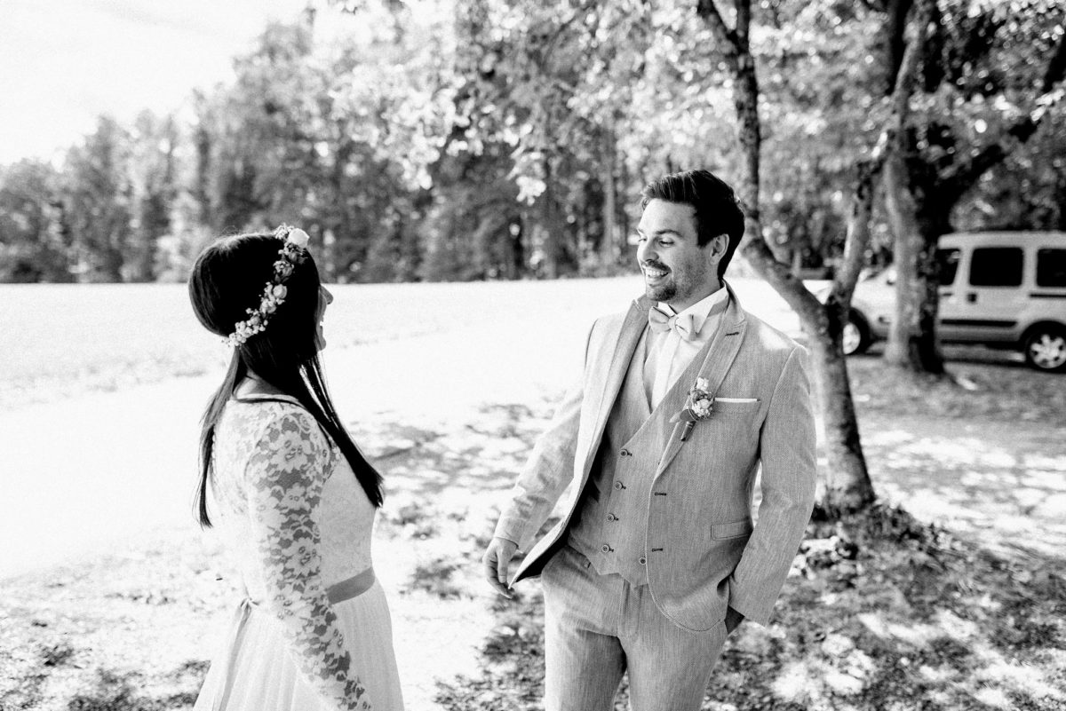 Lachen, Mann, Frau, Brautpaar, Braut, Bräutigam, lange Haare, Auto, Bäume, Brautkleid, Hochzeit, heiraten, Ehepaar, Natur