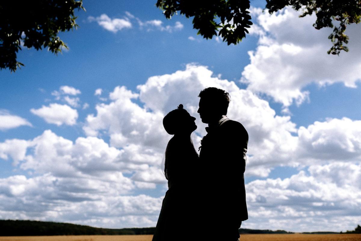 blauer Himmel, Liebe, küssen, Wolken, Feld, Baum, Blätter, Schatten, Blick, Hochzeit, Brautpaar, Ehepaar