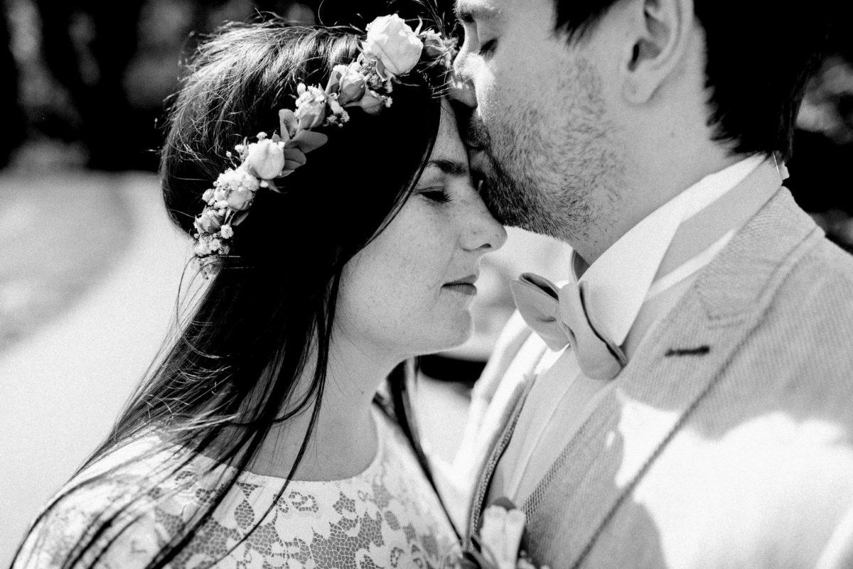 Liebe, Kuss, Braut, Bräutigam, Brautpaar, Haarkranz, Blumenkranz, Blumen, Spitze, Mann, Frau, Fliege, Hochzeit, heiraten