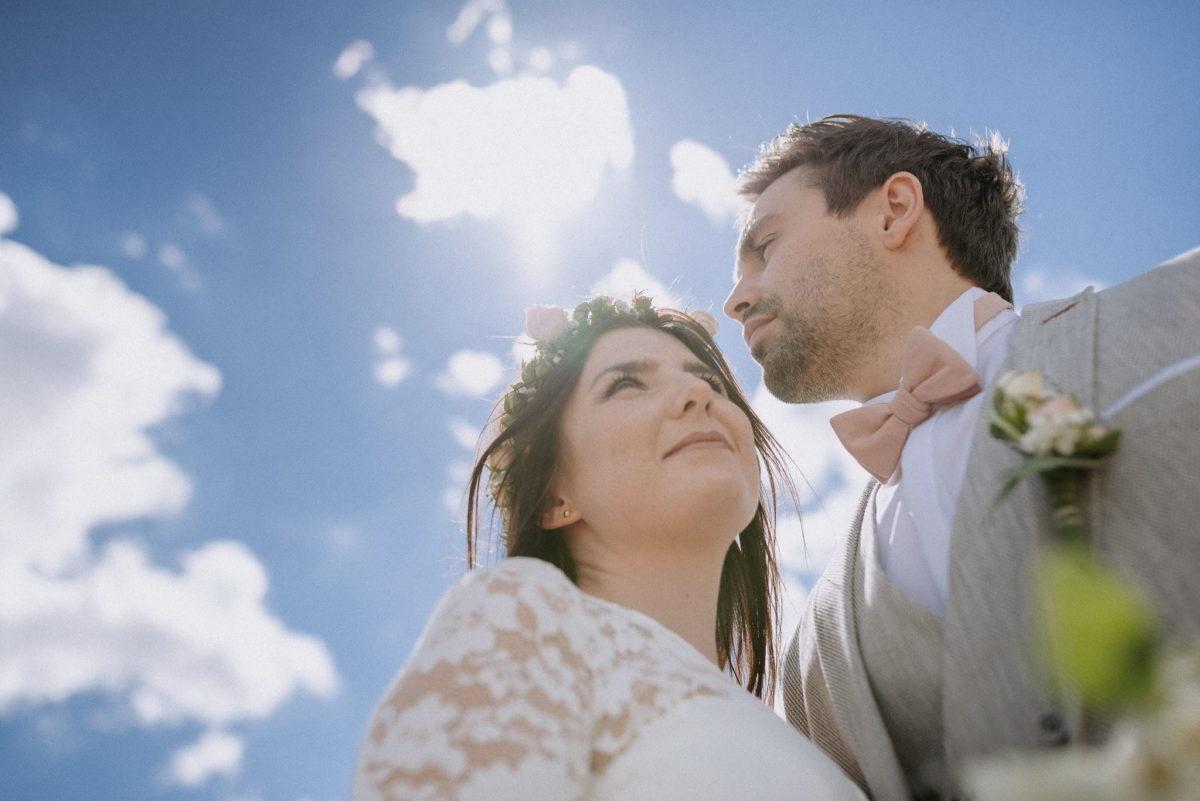 blauer Himmel, Wolken, Blick, Mann, Frau, Spitze, Liebe, Fliege, Ansteckblume, Hochzeit, heiraten