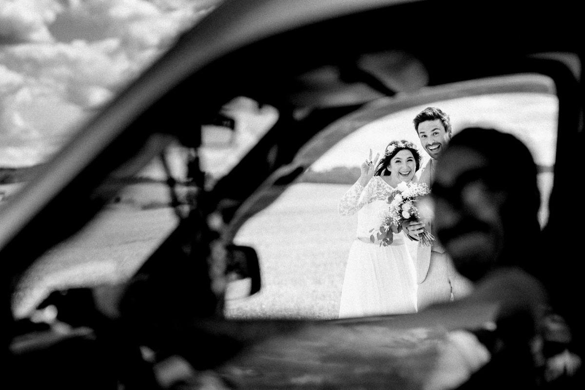 Auto, Fenster, unscharf, schwarzweiß, Brautpaar, Lachen, Brautstrauß, Blumen, Hochzeit, heiraten