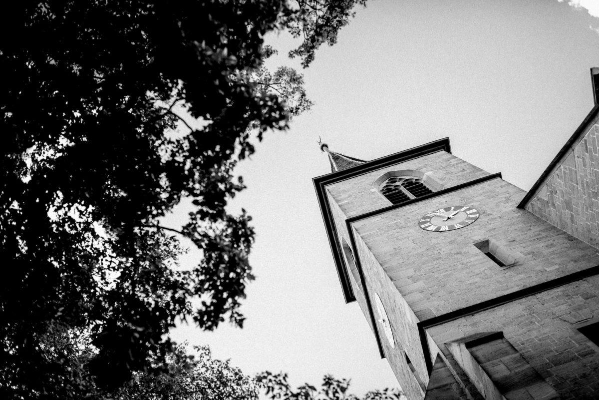 Kirche, Kirchturm, Uhr, Kirchendach, Kirchturmspitze, Baum, Blätter, Wenigumstadt, Pfarrkirche Sankt Sebastian, St. Sebastian