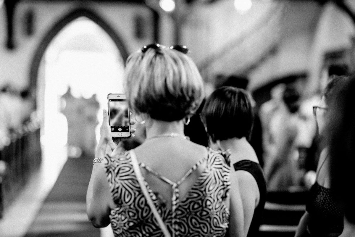 Gäste, Handy, Video, fotografieren, Foto, Eingang, Blick, Pfarrkirche Sankt Sebastian, St. Sebastian, Wenigumstadt