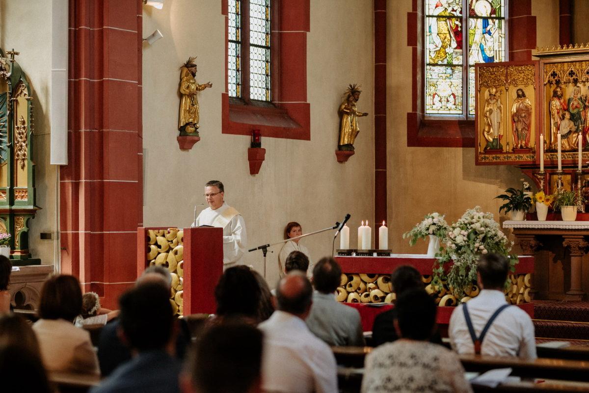 Pfarrer, Gäste, Ansprache, Altarraum, Hosenträger, Pfarrkirche Sankt Sebastian, St. Sebastian, Wenigumstadt