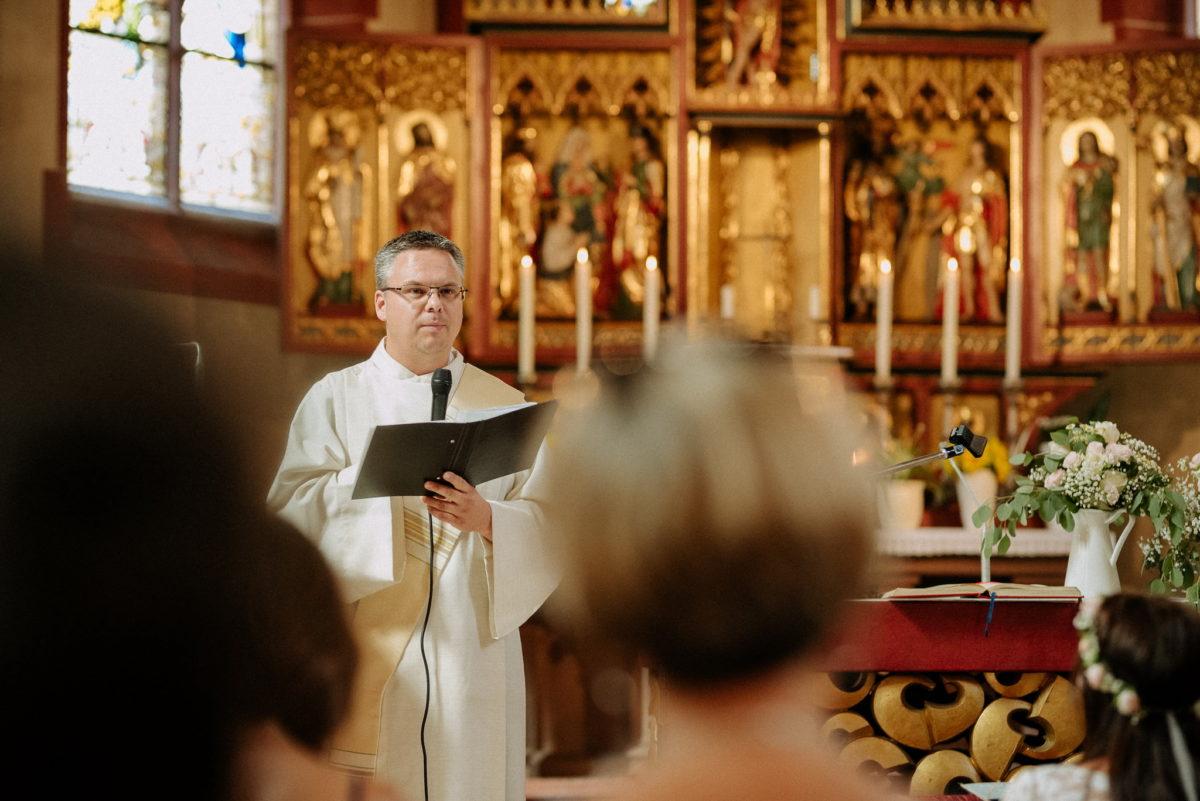 Pfarrer, Rede, Mikrofon, Kerzen, Altar