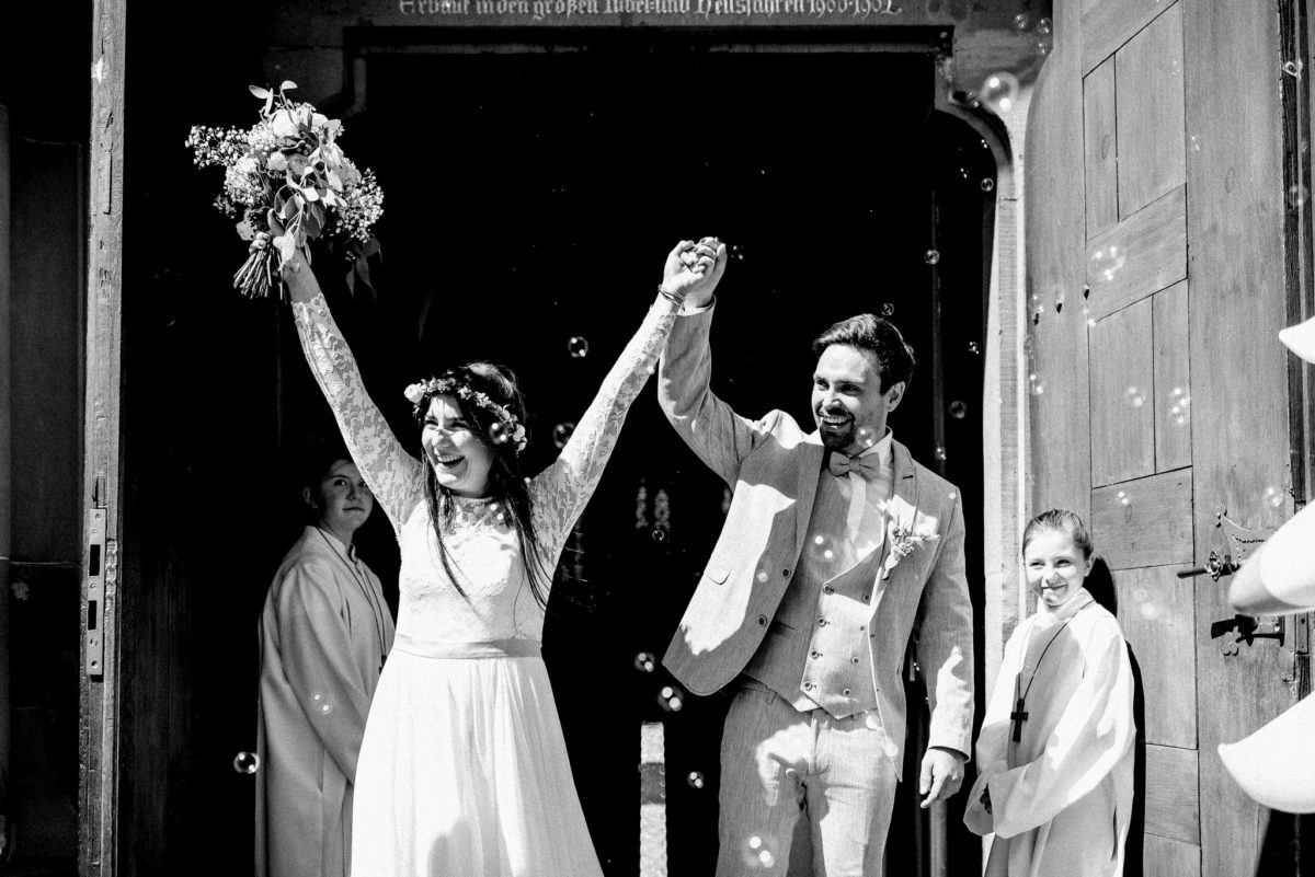 Finale, endlich verheiratet, Brautstrauß, Blumen, Lachen, Ministranten, Kirchentür, Hochzeit, heiraten