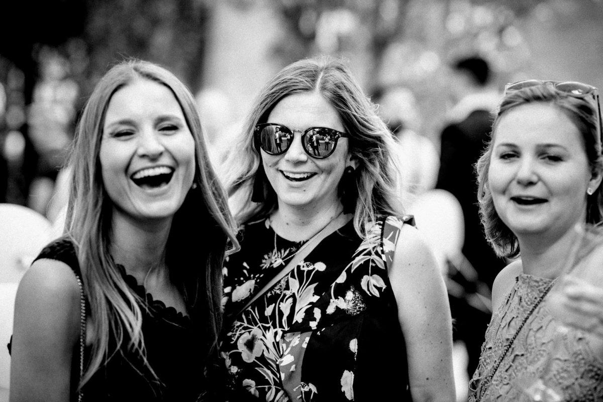 Frauen, Freundinnen, Lachen, Sonnebrille
