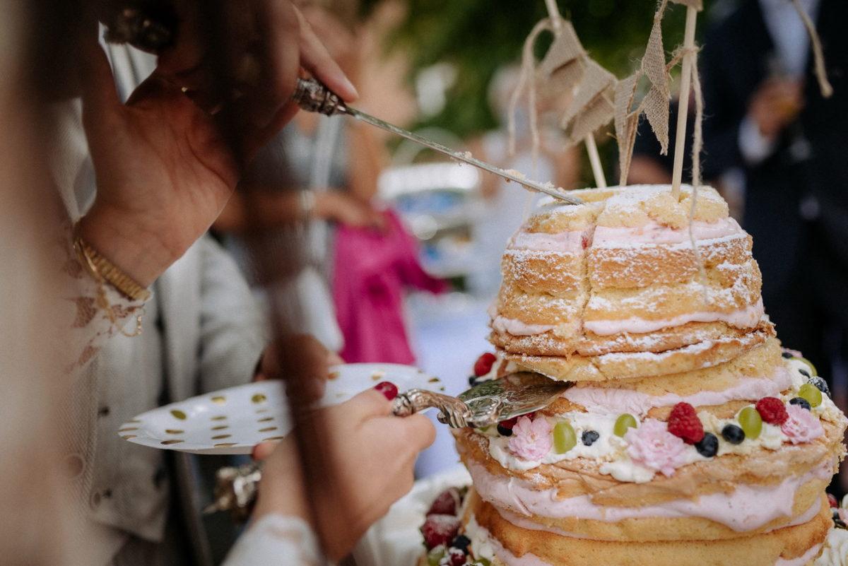 Hochzeitstorte, Teller, Messer, Tortenheber, Nagellack, Beeren, Sahne