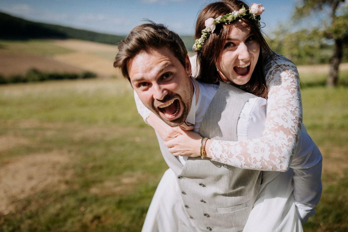Huckepack, Feld, Brautpaar, Spaß, Blumenkranz, Hochzeit, heiraten