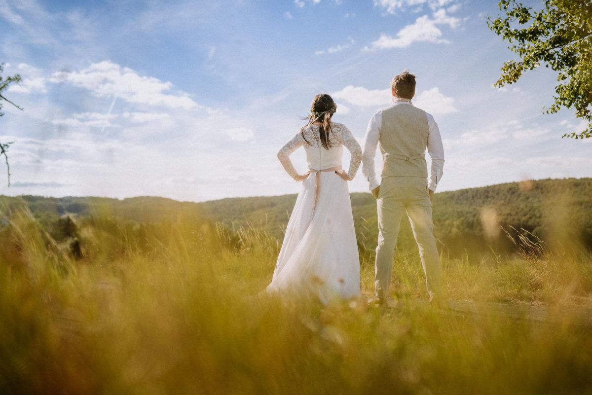 Geschafft, blauer Himmel, Wolken, Feld, Wald, Hochzeit, heiraten