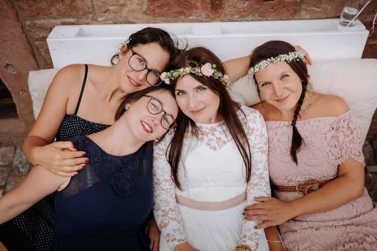 Freundinnen, Braut, Trauzeugin, Nagellack, Brille, Kleider, lange Haare