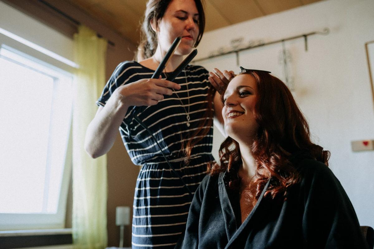 Streifen, Glätteisen, Braut, Frauen, Fenster, Vorhang, Lächeln, Frisur, lange Haare