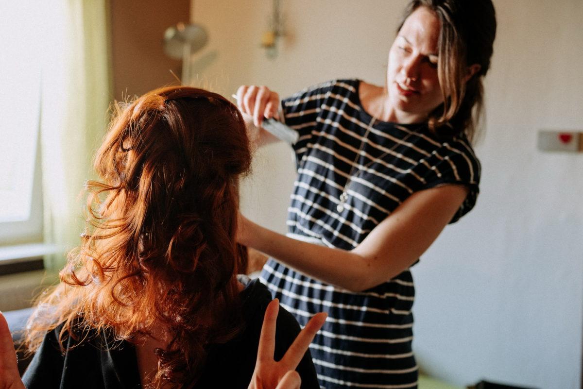 lange Haare, rote Haare, Kleid, Streifen, Kamm, Frisur