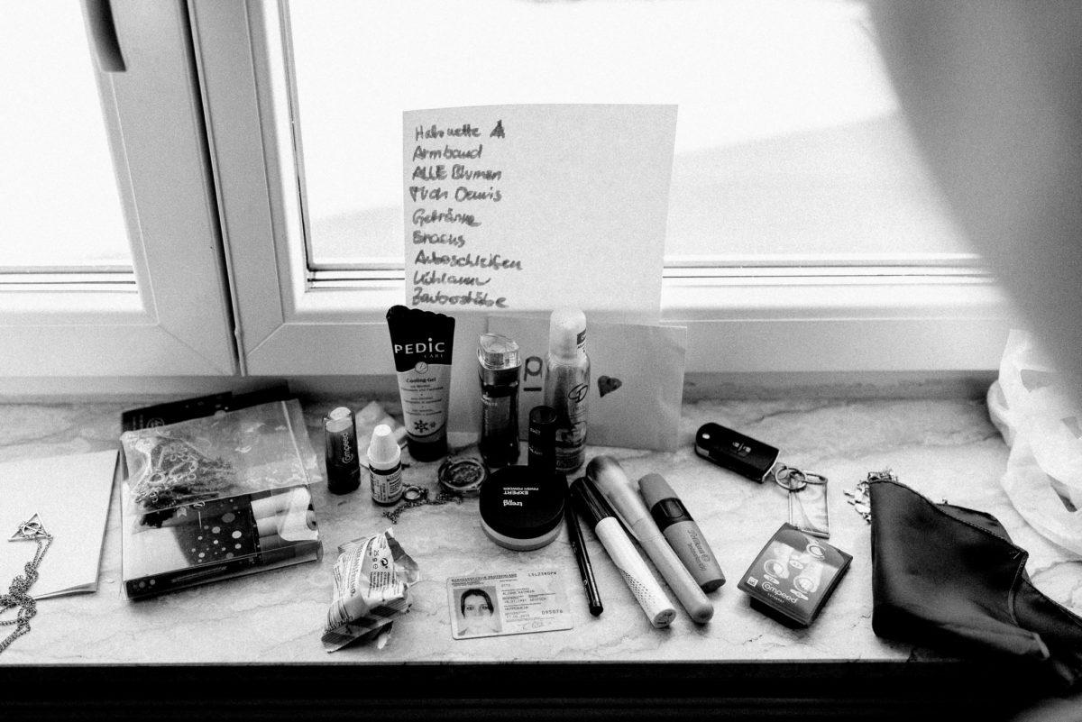 Liste, Zettel, Makeup, Ausweis, Pinsel, Mascara, Wimperntusche, Schlüssel, Fensterbrett